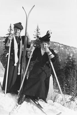 Bilde viser to kvinnelige langrennsløpere fra tidlig 1900-tallet i Nordmarka.