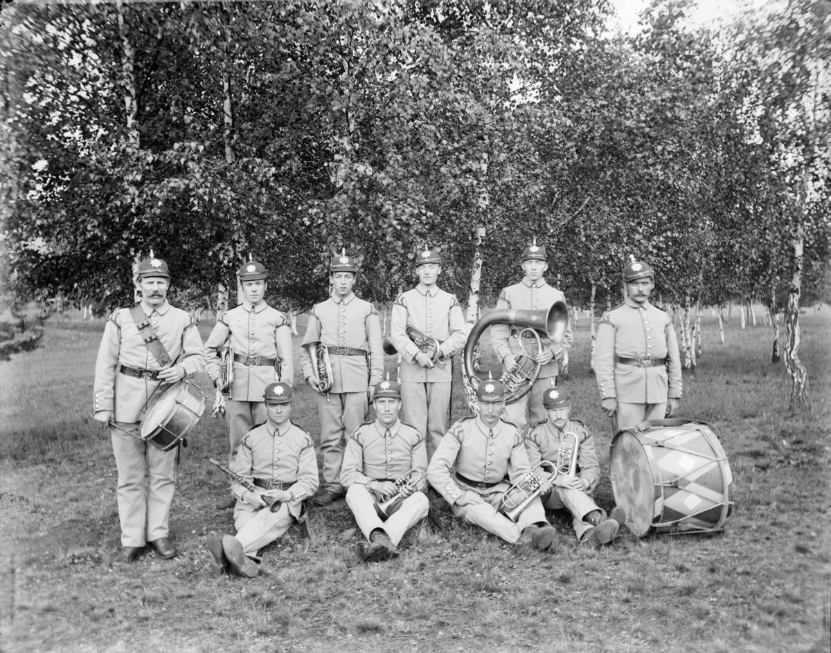 Militært musikkkorps, Jørstadmoen (antatt), 10 mann i uniformer med blåseinstrumernter og trommer