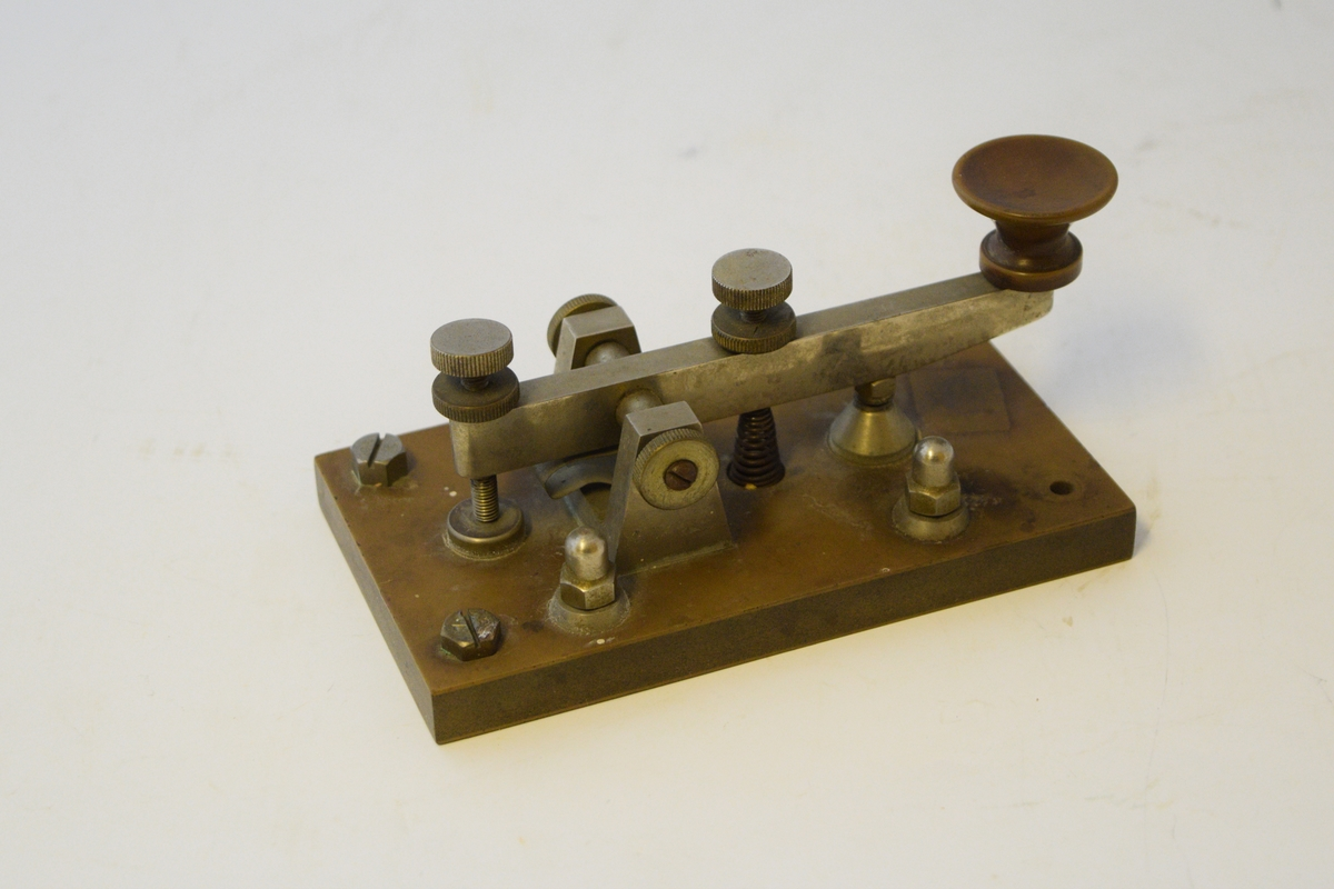 Telegrafnøkkel til telegrafering. Vanlig på TXP-kontoret til Setesdalsbanen.