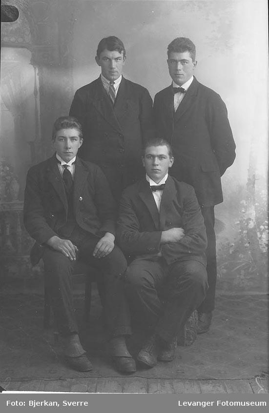 Gruppebilde av fire menn. En av dem heter Olai Burmo
