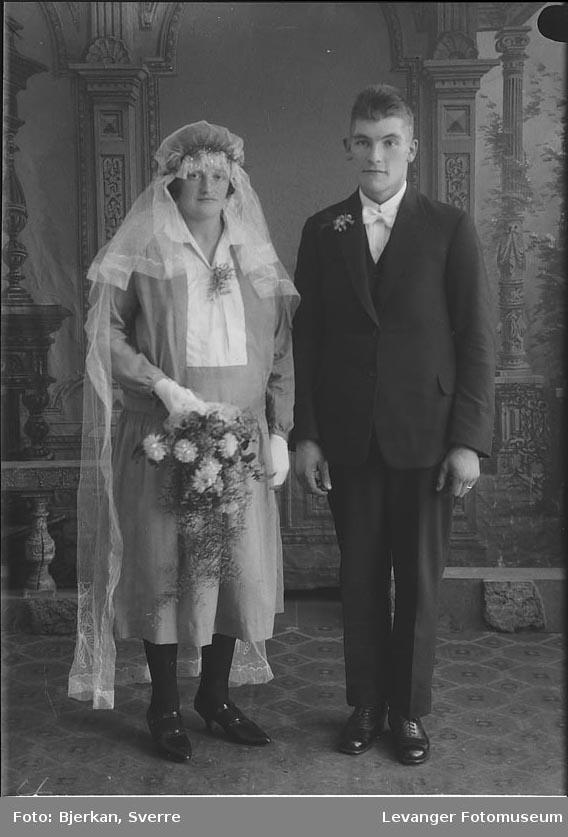 Portrett av et brudepar. Mannen heter Nils Saltvik