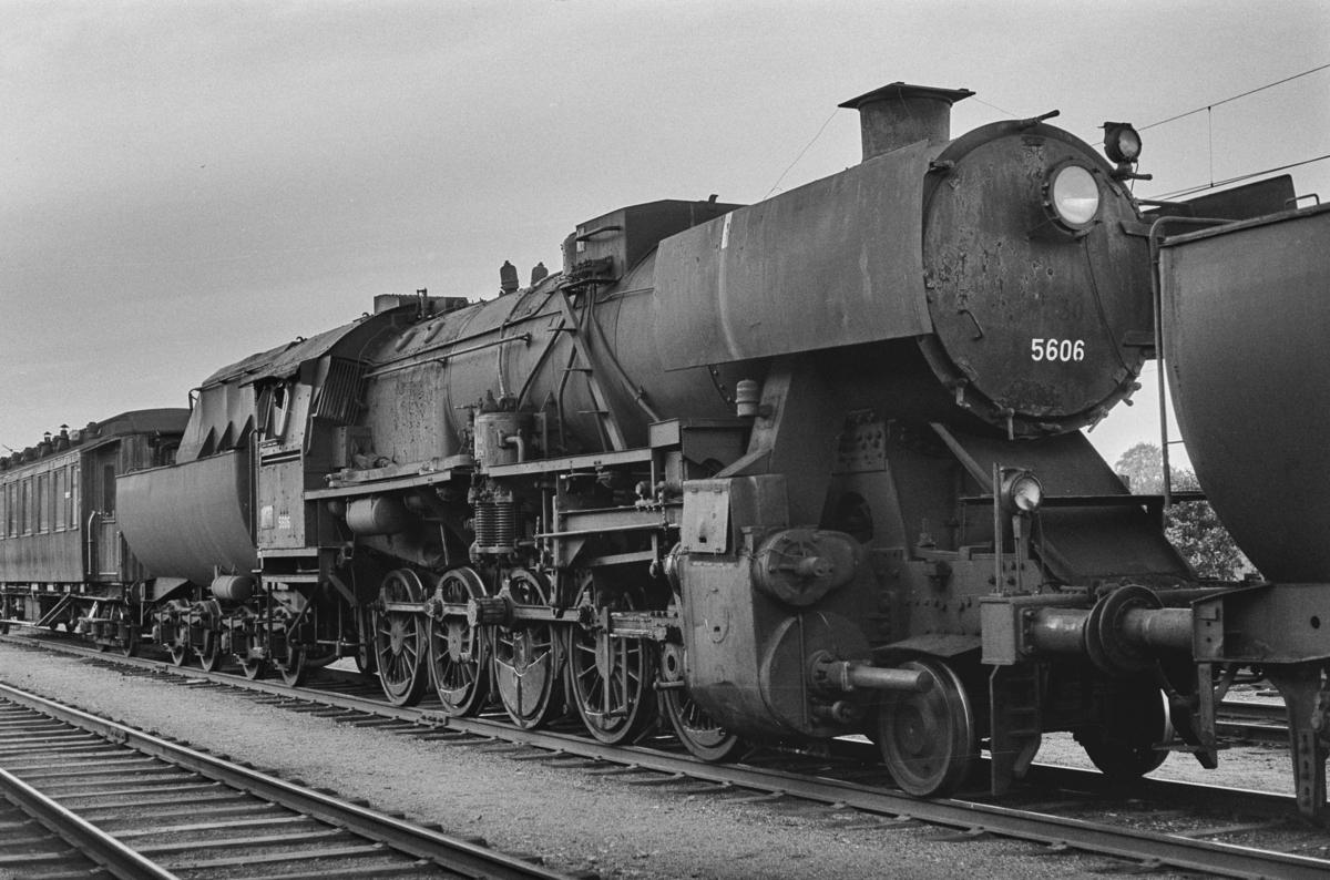 Utrangert damplokomotiv type 63a nr. 5606 på Marienborg. Lokomotivet er underveis til hugging.