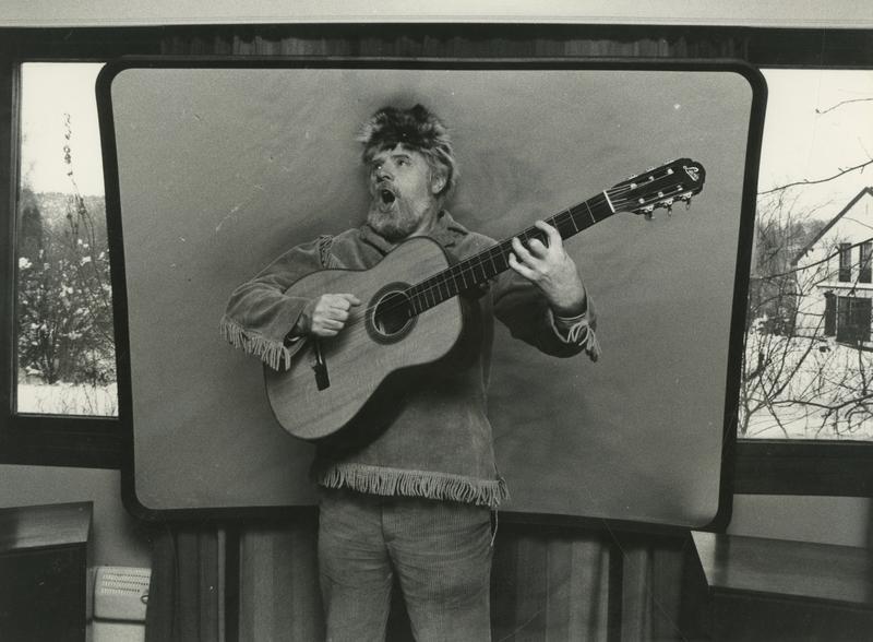 Arne Bendiksen i sitt ikoniske Davy Crockett-antrekk. Komplett kostyme, inkludert børse, er blant ingrediensene i utstillingen En blå ballong.