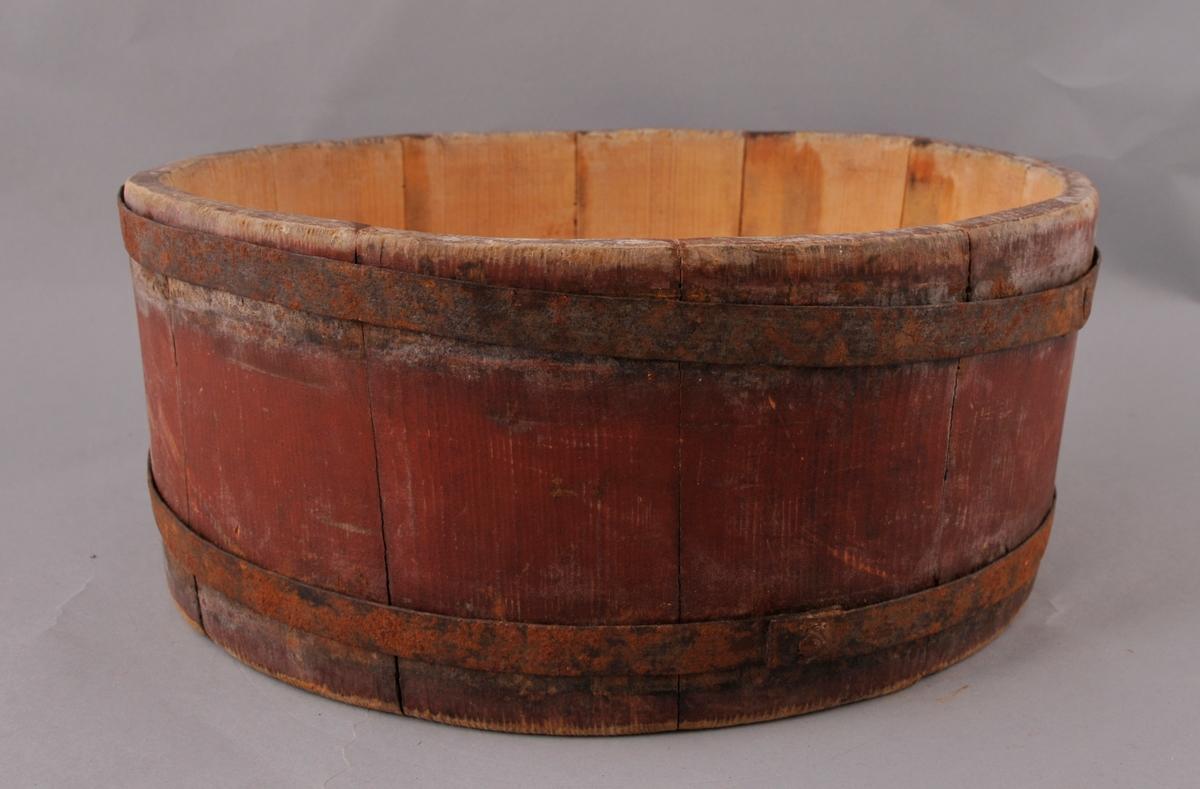 Rund, raudmåla kolle, sett saman av 12 stavar og to gjorder i jern. Innvending er kolla trekvit. Under er det merker etter ei kolrose.