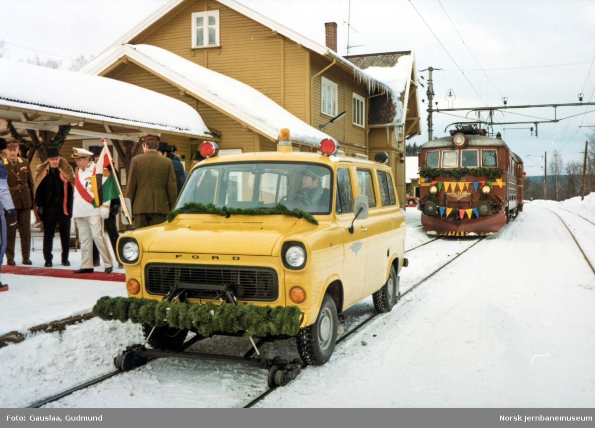 """NSBs Ford Transit skinnebil BC31753 på Skoppum stasjon i forbindelse med innspilling av NSBs film """"Toget"""""""