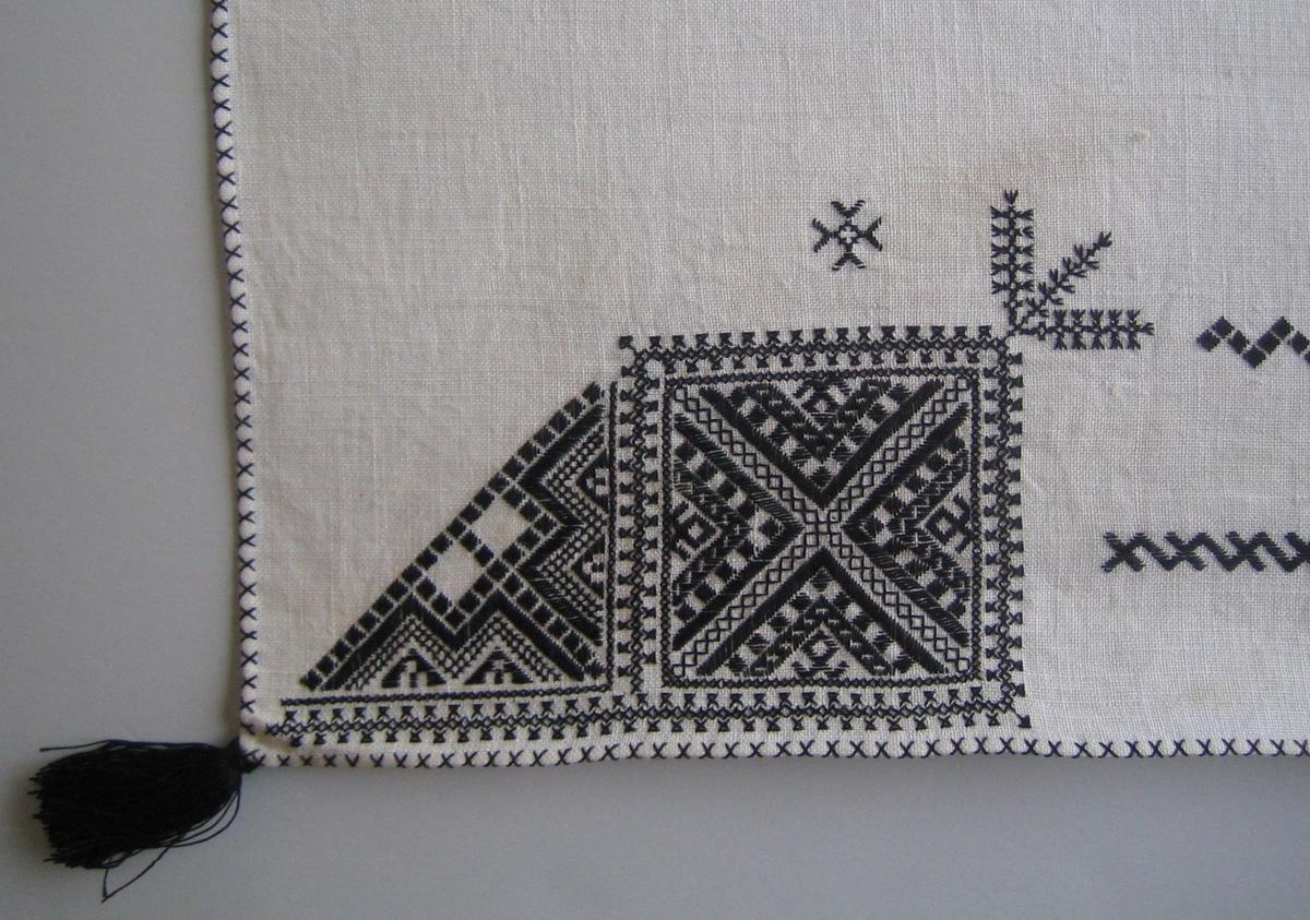 Geometriskt mönster i kvadrater i hörnen. Två bårder mellan kvadraterna på ryggsnibb och framsnibbar.  På ryggsnibben tre kvadrater och en  majstångsspira samt märkning med årtal och namn. På varje framsnibb en kvadrat och en trekant. Sex ornament.
