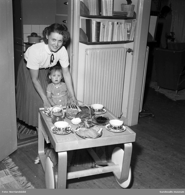 Några konstnärer i hemmiljö med familjen. Reportagebilder för tidningen Damernas värld.