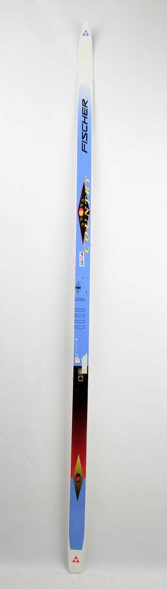 Langrennski laga av glasfiber, med såle av plast. Kvit og blå overflate, med raud, gul og svart dekor/skrift. Emblem med ein bjørnelabb. Det har vore bora hol til bindingar.