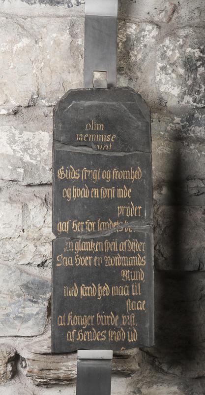 Minnetavle i svart skifer med gullskrift som gjengir et dikt skrevet til dronning Sophia Magdalena som var med kong Christian 6. på hans norgesreise i 1733. (Foto/Photo)