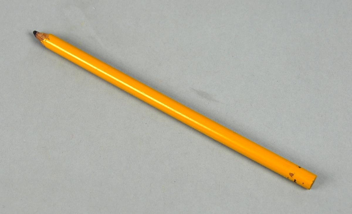 Brun sekskantet treblyant. Blyanten ser ut til å være spisset med kniv.