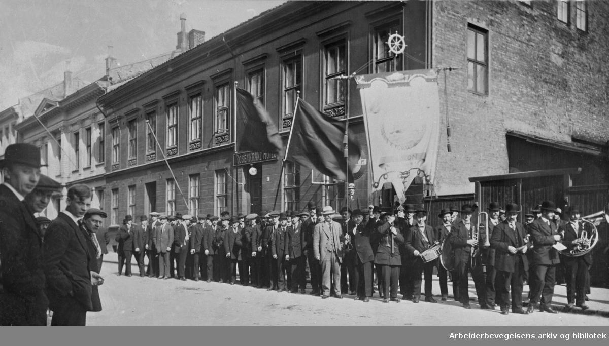 1. mai 1915 i Oslo. Norsk Sjømannsforbund sin Oslo avdeling oppstilt bak sin fane i Rosenkrantz gate.