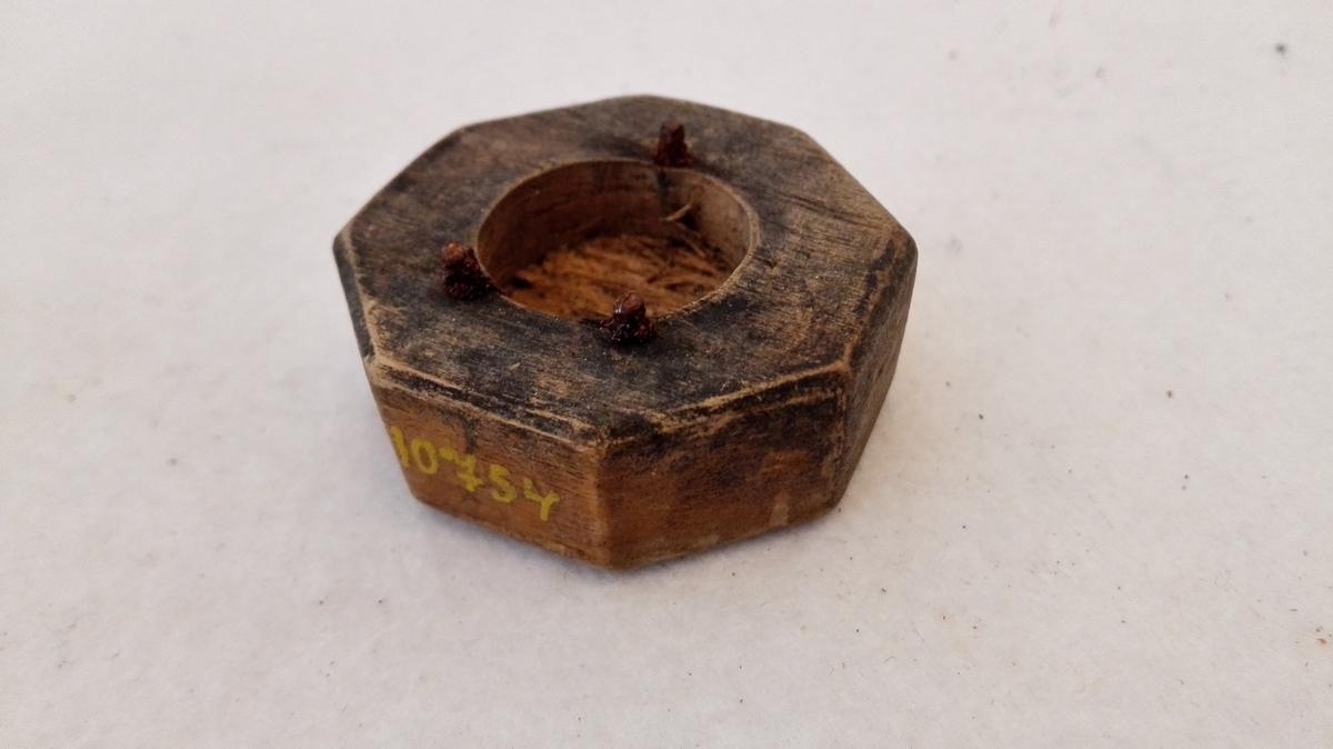 Diverse knappestöpdeler.  14 knappestöpdeler, hvorav kun en fuldstændig form utgravet klæbersten.  Gave fra H.L. Østerbö, Slinde, Sogn.