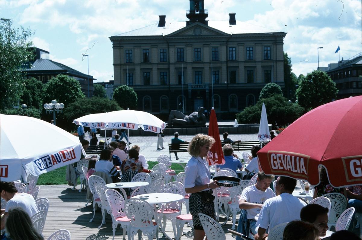Uteserveringen Tant Grön i esplanden i bakgrunden rådhuset.