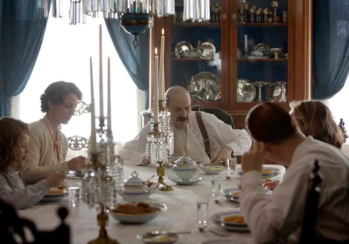 Kongefamilien er samlet på Sælid  gård, men må i all hast bryte opp midt  i middagen. Tyske styrker er på veg. Nygaardsvold er nedbrutt og  ønsker regjeringens avskjed. Foto: Agnete Brun/Paradox.