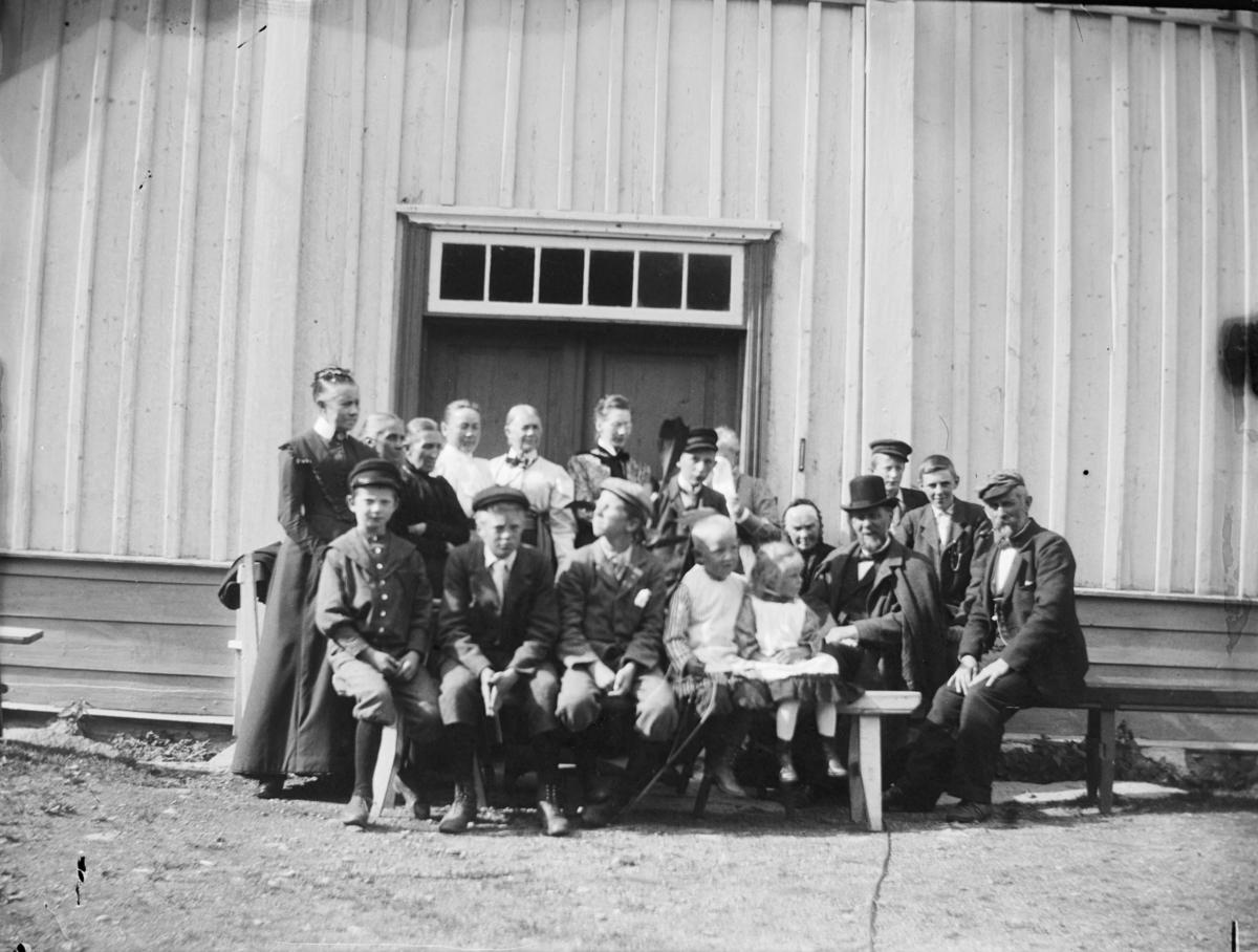 Gruppebilde av 20 personer foran inngangsdøra til våningshuset på Øyer prestegård