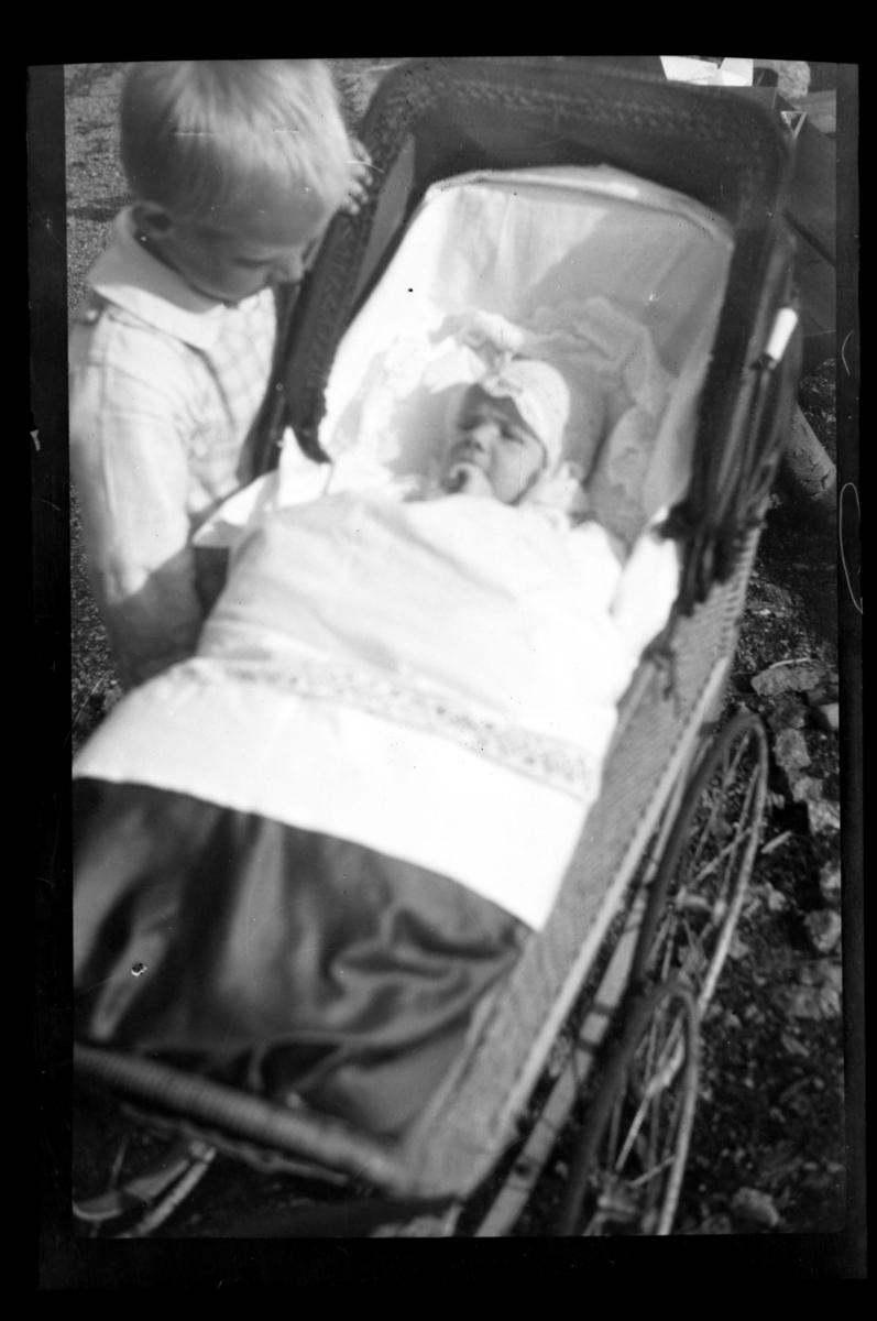 Julius Sundt med lillebror Rolf Jr. i barnevogn på dåpsdagen, i hagen til Villa Knyggen i Voksenlia. Fotografert 18. september 1921.