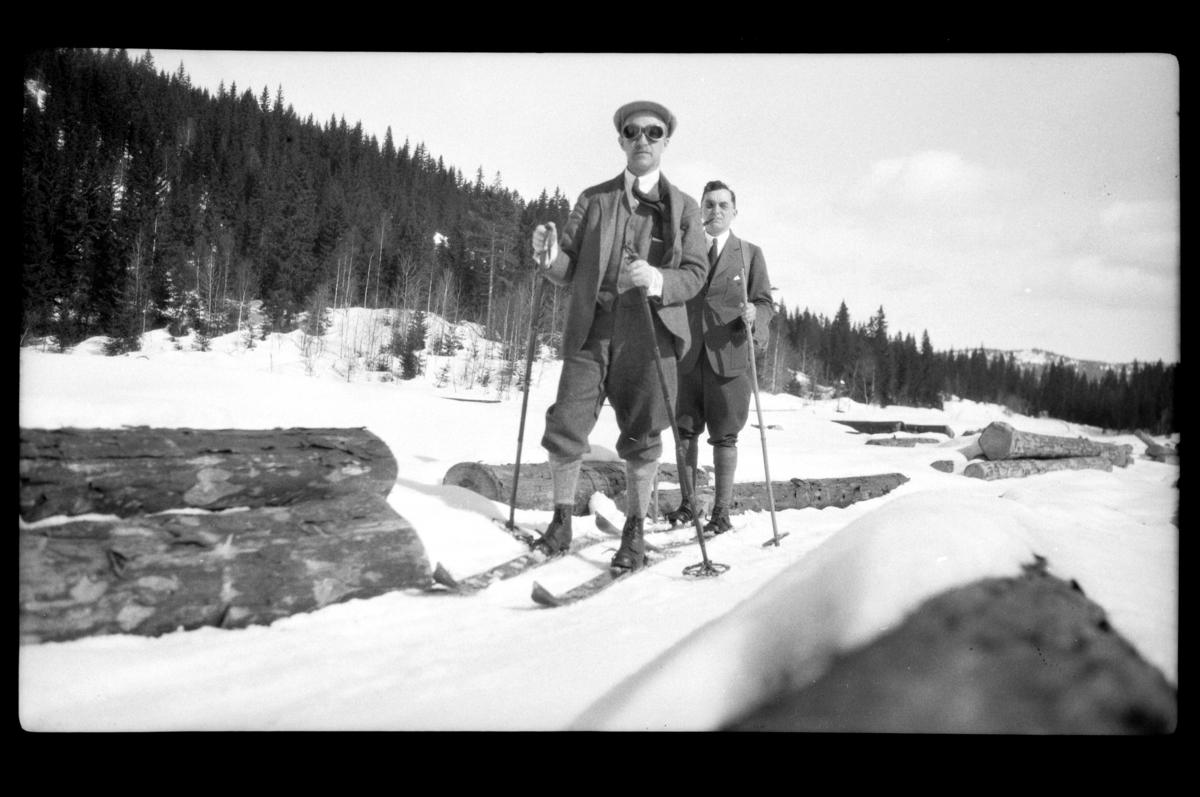 Rolf Sundt Sr. og Johan Buratti på ski i skogsterreng. Fotografert 1928.