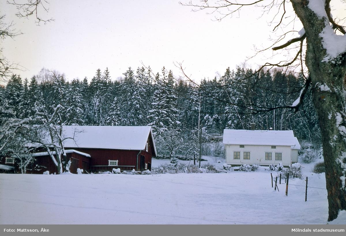 Kärra i Mölndal på 1960-talet. Per Eriksgården 2 i vinterskrud.