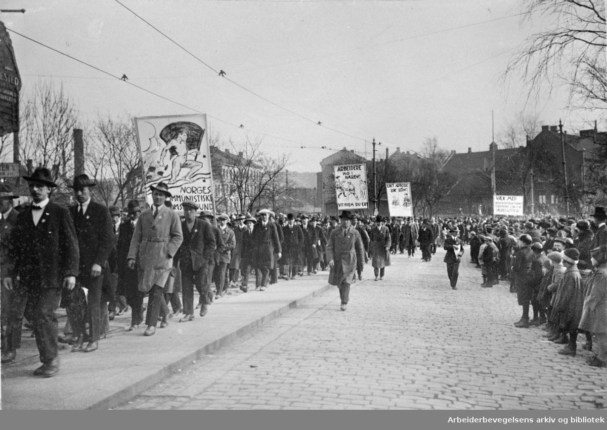 1. mai 1924. Medlemmer av kommunistiske ungdomslag i demonstrasjonstoget. Paroler: Arbeidere ind i hæren / Vit hvem du er! - Likt arbeide / Lik lønn!