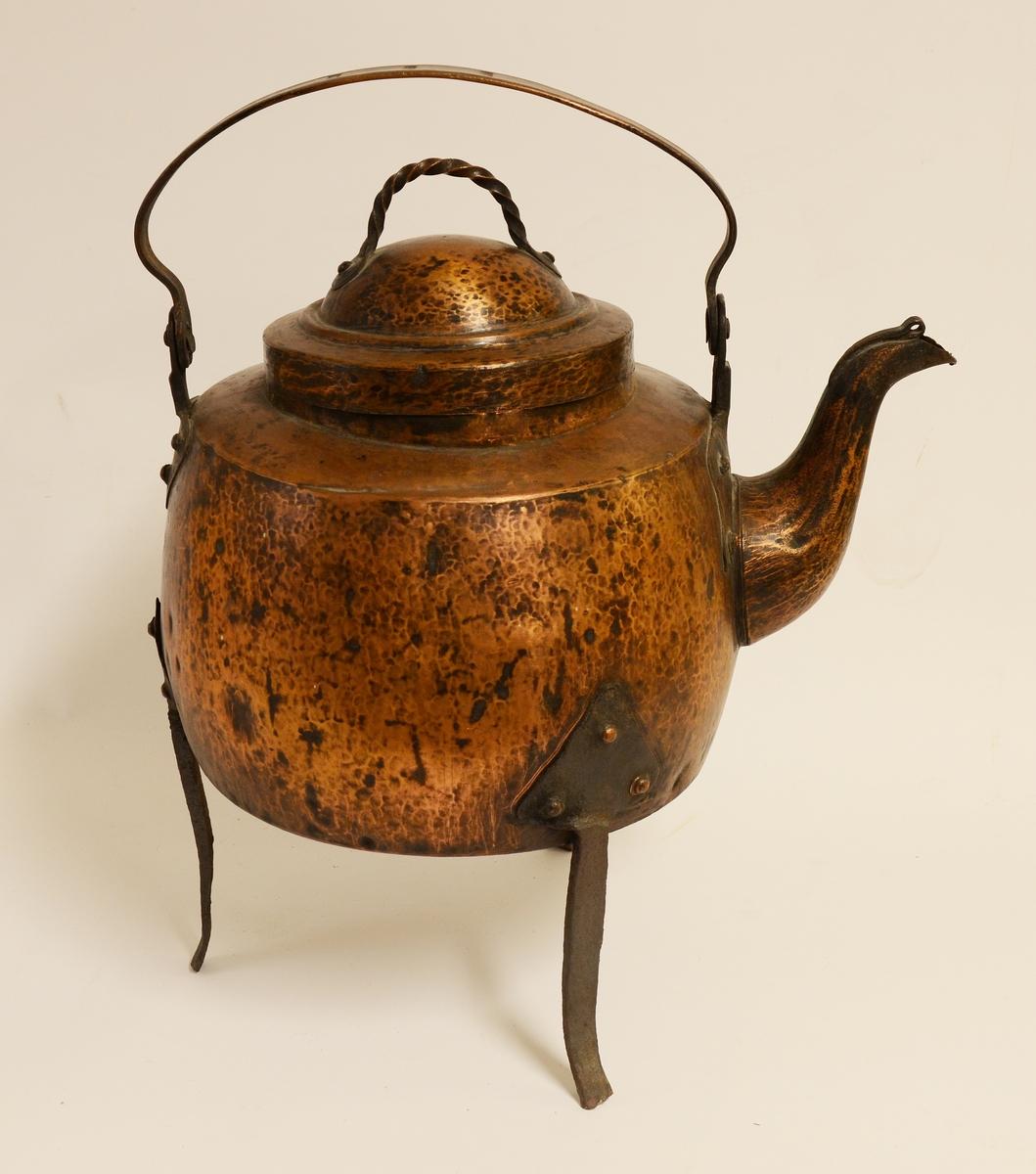 Kaffepanna av koppar med tre smidda järnben och lock med hank av tvinnad koppar.