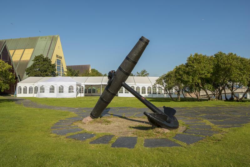 Partytelt på uteområdet til Norsk Maritimt Museum, i bakgrunnen Fram-museet, i forgrunnen ankeret. (Foto/Photo)