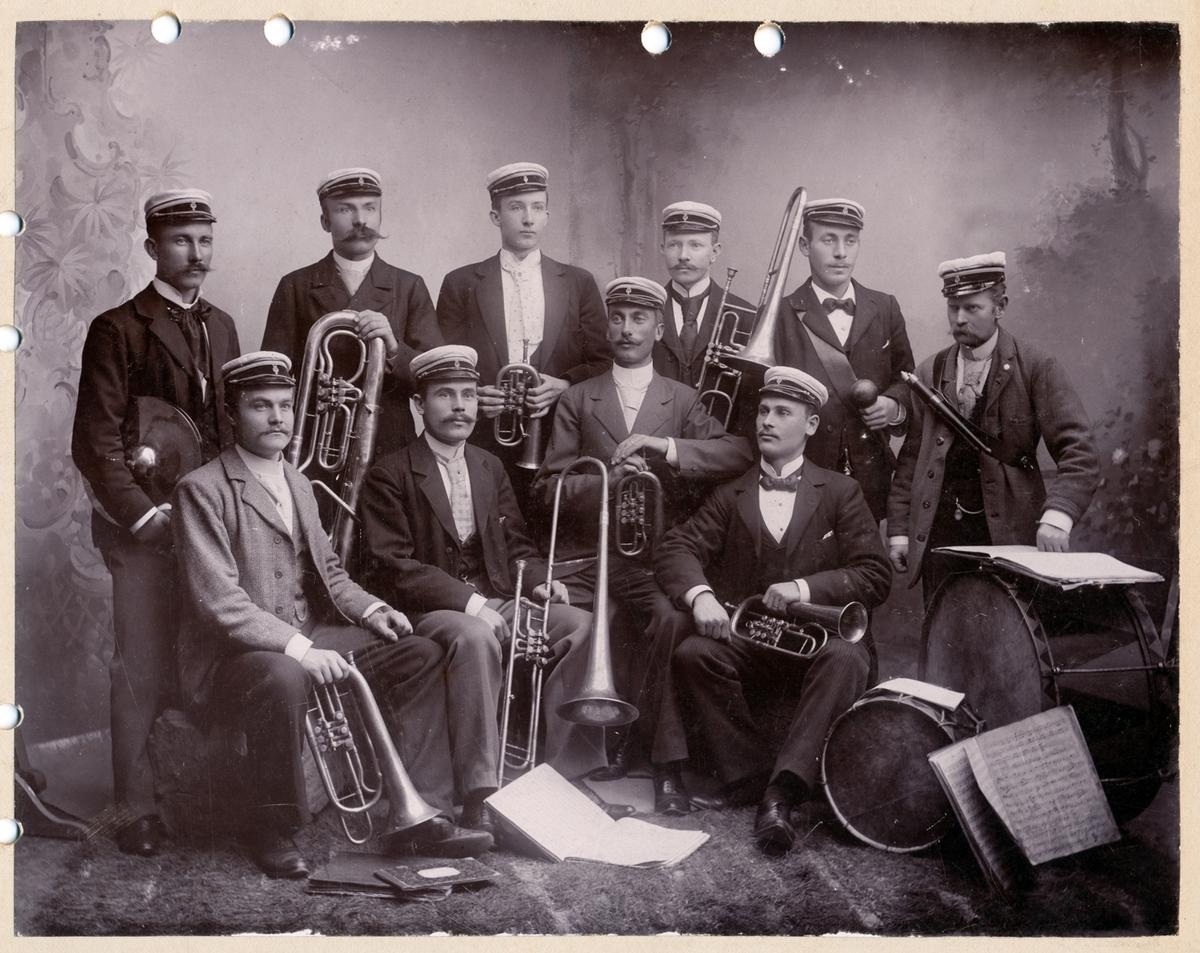 Studentorkester omkring 1900. Bilden skadad av hålslag. Nummer två repro.