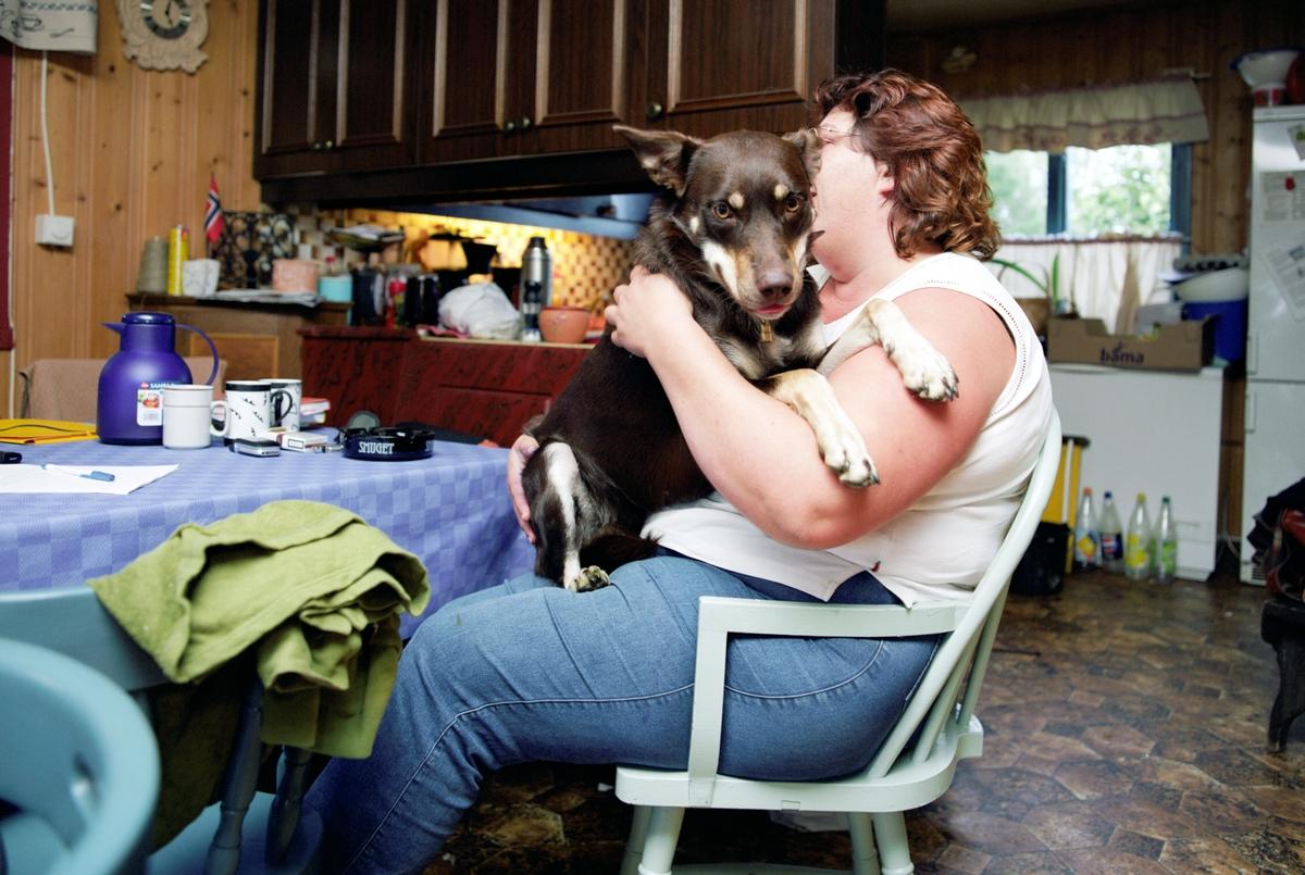Hunden Ronja sitter på fanget av sin eier