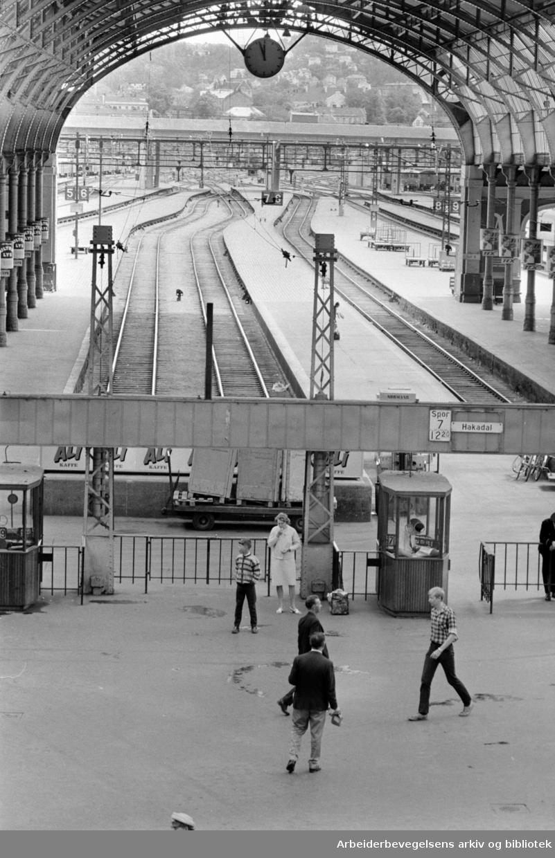 Østbanestasjonen. Behagelig feriestemning. Juli 1969