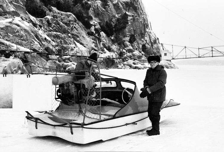 """Enligt uppgift: """"Hydrokoptern vid Bornö Hydrografiska station. Hydrokoptern ersatte år 1965 stationens iseka. På bild syns från vänster Oscar Åkermo och svärsonen Leif Lettesjö""""."""