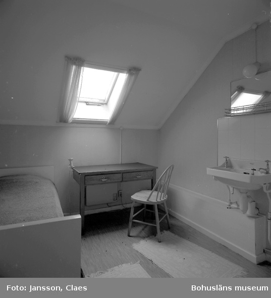 """Enligt uppgift: """"Gästrum invid vindsutrymme. Rummet inreddes vid 1950-talets början. Sängen kommer från """"Albatross-expeditionen""""."""