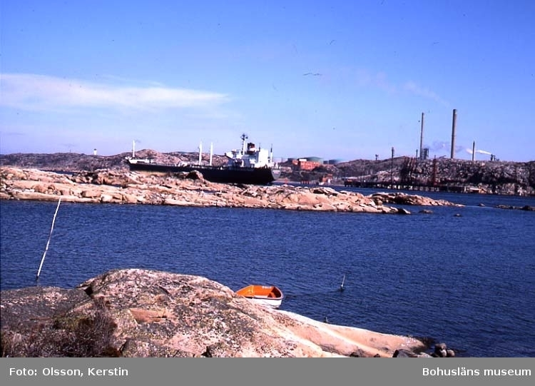"""Text på kortet: """"Tankers i Brofjorden Från Bubacka. April 1987""""."""