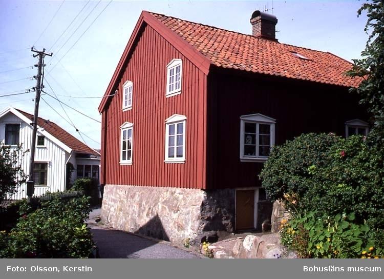 """Text på kortet: """"Stora Kornö. Hus. Lyse sn. Aug. 1987""""."""