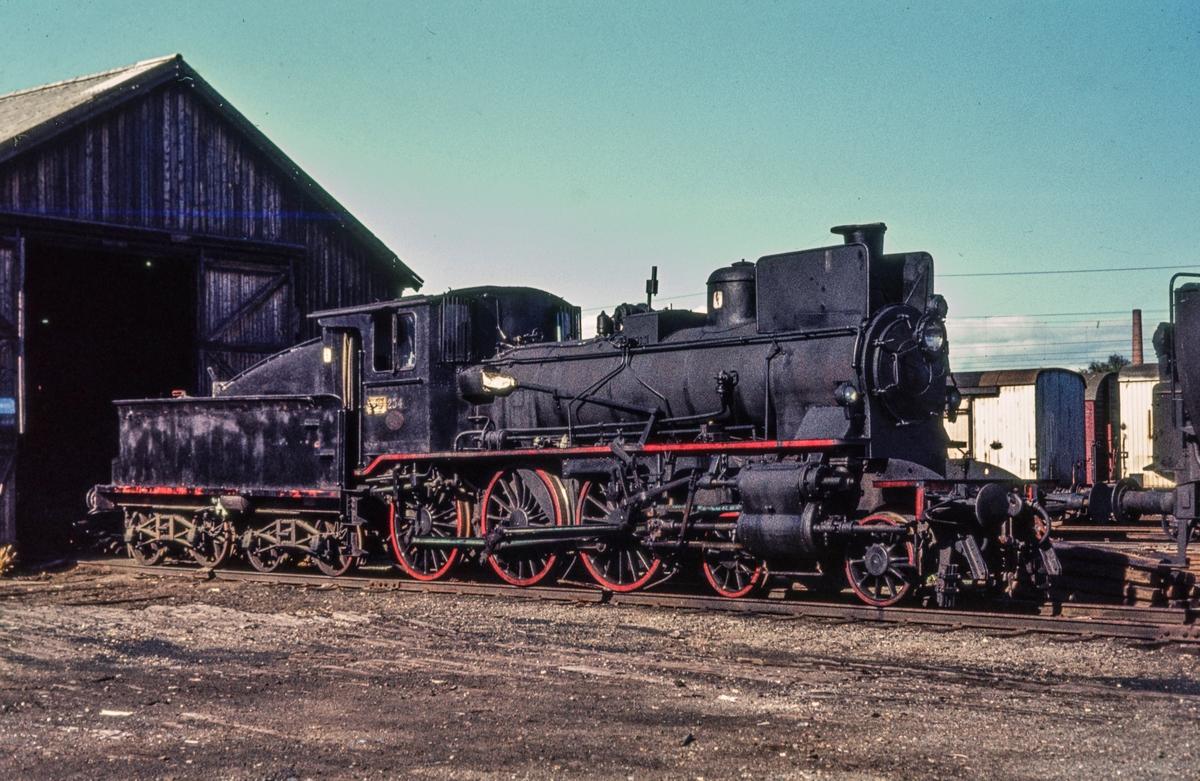 Utrangert damplokomotiv type 27a nr. 234, hensatt på Marienborg ved Trondheim.