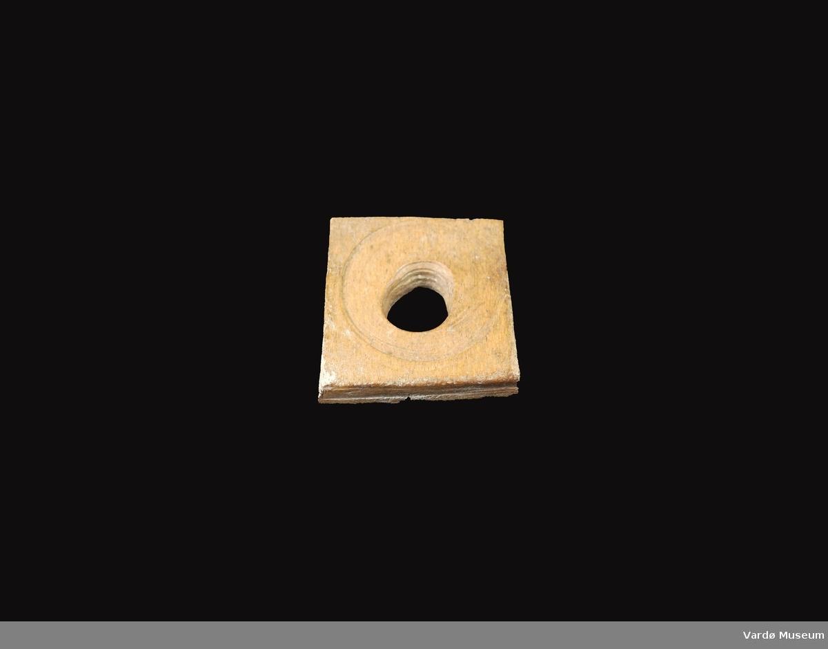 Firkantet og porøs, hull i midten på ca. 2,0 cm i diameter.