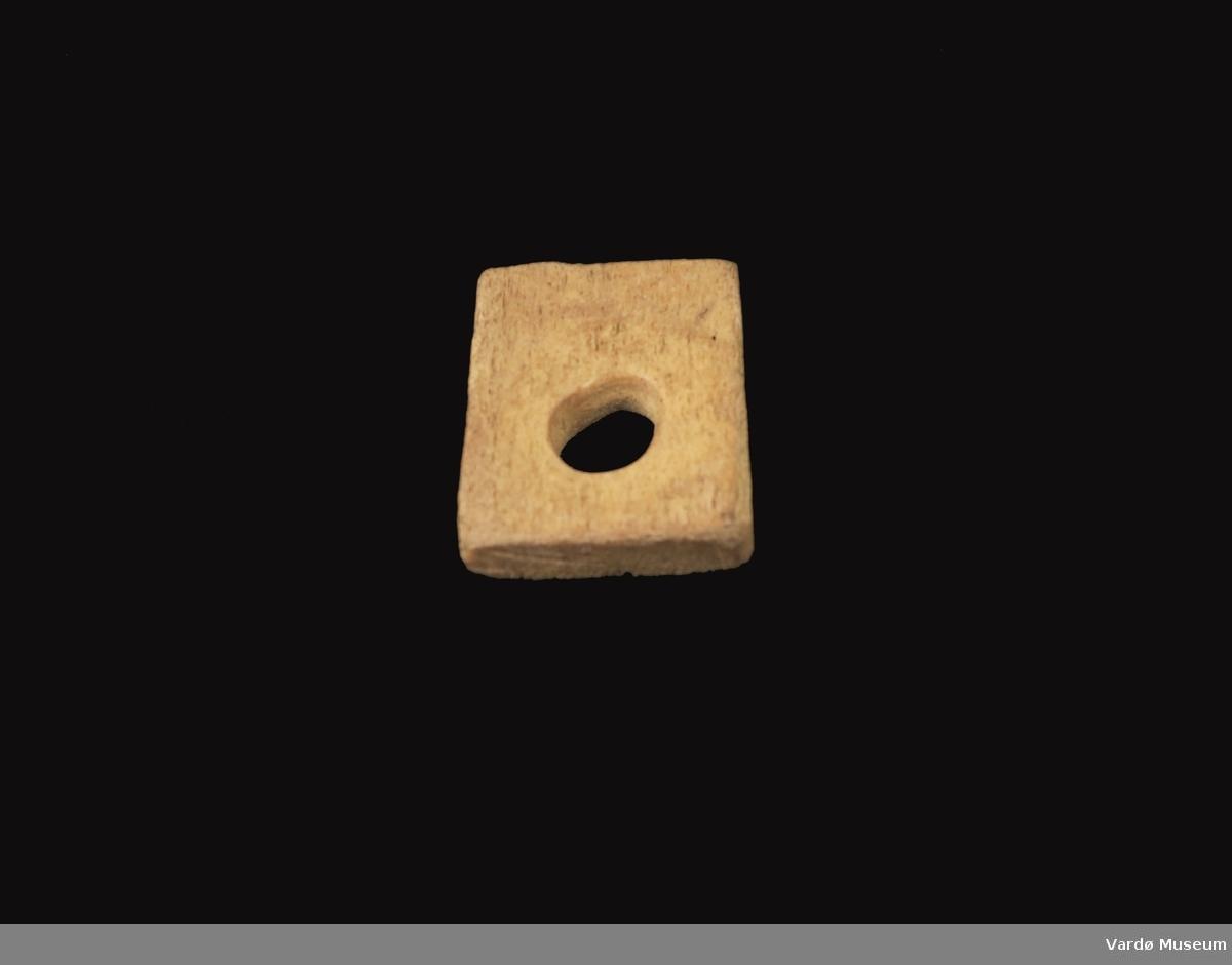Firkantet og porøs, hull i midten på ca. 2,1 cm i diamanter.