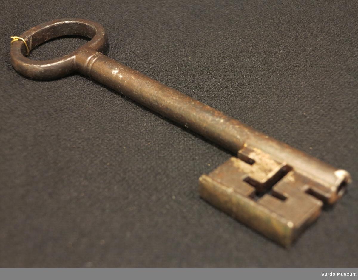 Gjenstand som brukes sammen med en lås for å sikre ting, Laget av jern.