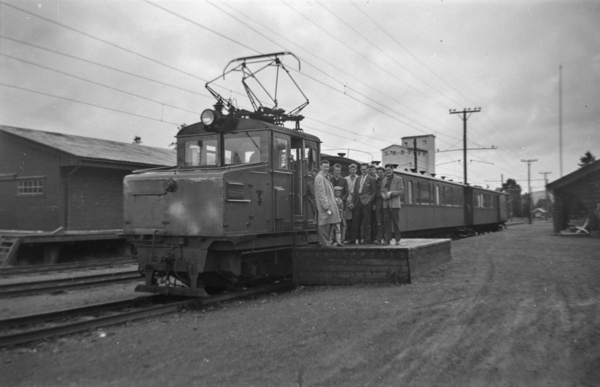 Thamshavnbanens lokomotiv nr. 6 med persontog på Fannrem stasjon.
