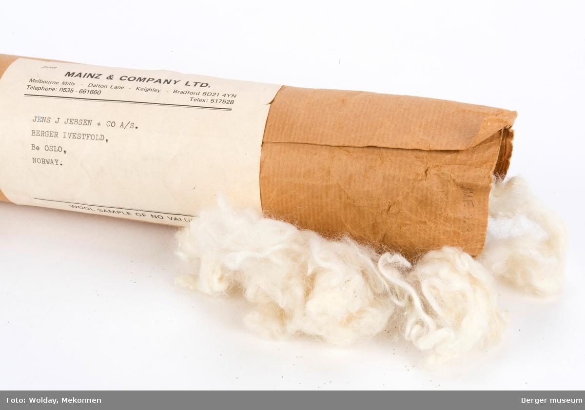 En pakke med ull i gråpapir påført frimerker fra Australia/New Zealand