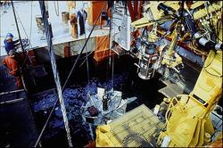 En undervannsinstallasjon er i ferd med å heises under vann