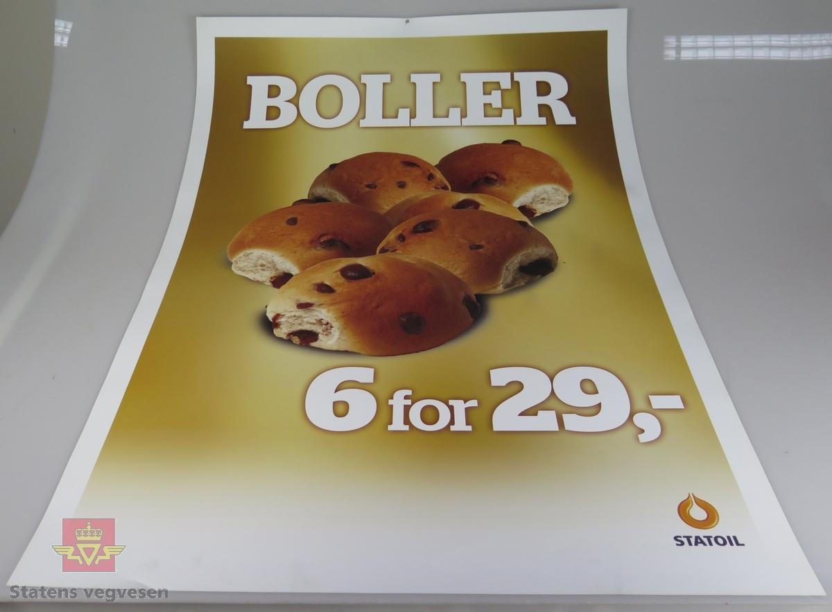 Fem ulike plakater av papp. De reklamerer for salg av bakevarer og Coca-Cola hos Statoil.