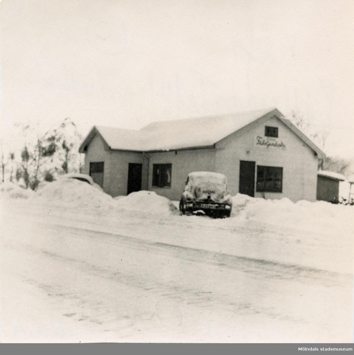 Kållereds Fåtöljindustri vid Torrekullavägen i Kållered. Verkstaden före sammanbyggningen. Foto från 1955-1957. Utanför byggnaden står ägaren Paul Kristofferssons svarta Volvo PV444 modell A (1950/51) registreringsnummer O 24503. Den har dubbla nummerskyltar pga utdragbar släpkärra. Bilen byttes senare till en av årsmodell 1957.  Kållereds Fåtöljindustri (Kåfi) var aktivt från ca 1955-1983. Inledningsvis sittmöbler, men övervägande tillverkning av sängar från ca 1959. Ägare var bröderna Olof och Paul Kristoffersson. Verksamheten skedde i hörnet mellan Torrekullavägen och Kungsbackavägen, alldeles nära Mölndalsgränsen. Företagets telefon-nummer var 031-750075.