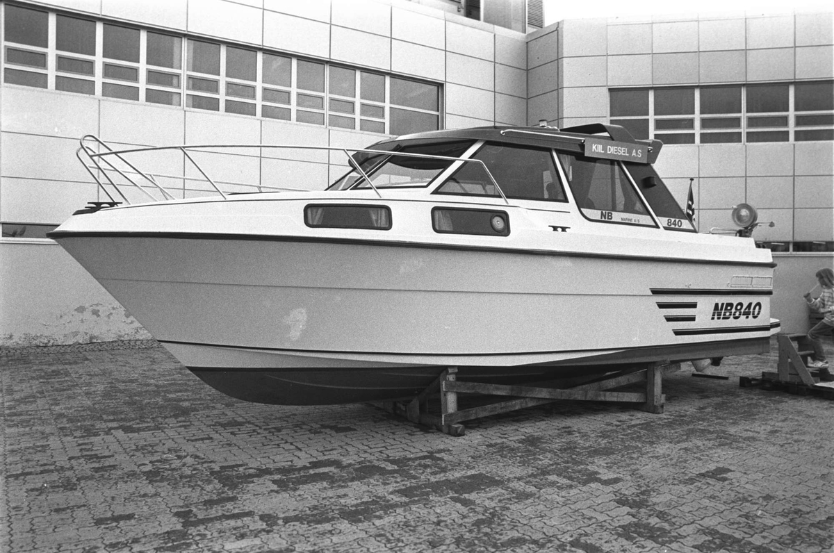 Fritidsbåt på utstilling utenfor Kanebogensenteret.