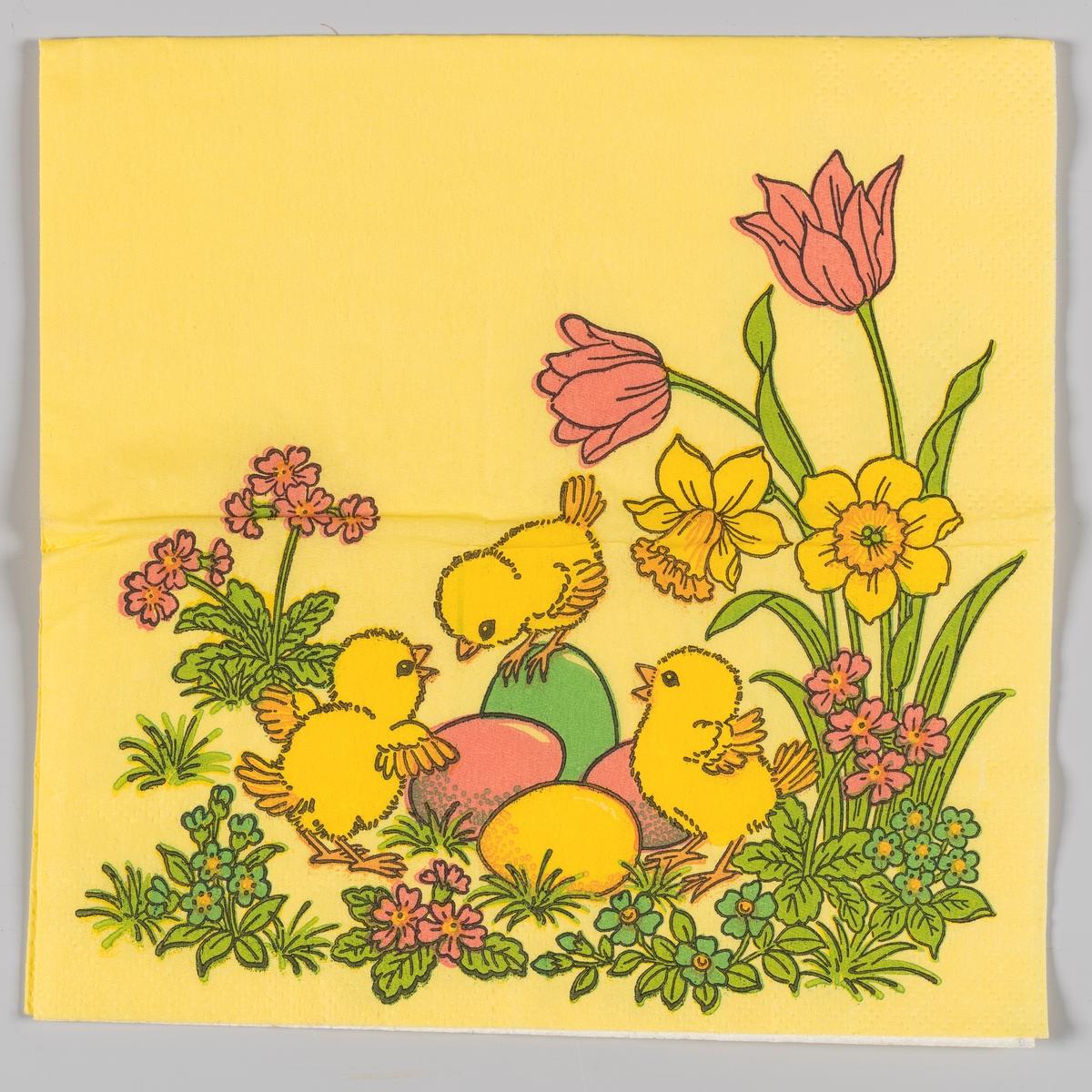 Tre kyllinger og kulørte påskeegg mellom tulipaner, påskeliljer og små blomster.