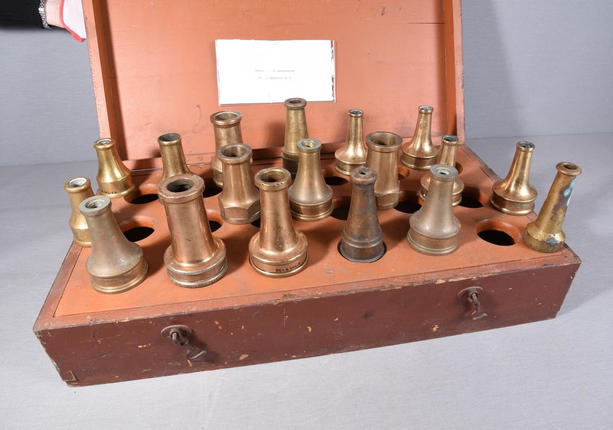 Strålespiss til vannkanonene på Sjødampsprøyte nr. 3. Bergen Brannvesen. Strålespissen er i messing, spisst formet i ene enden, ring med innvendige gjenger for påkobling i andre enden.