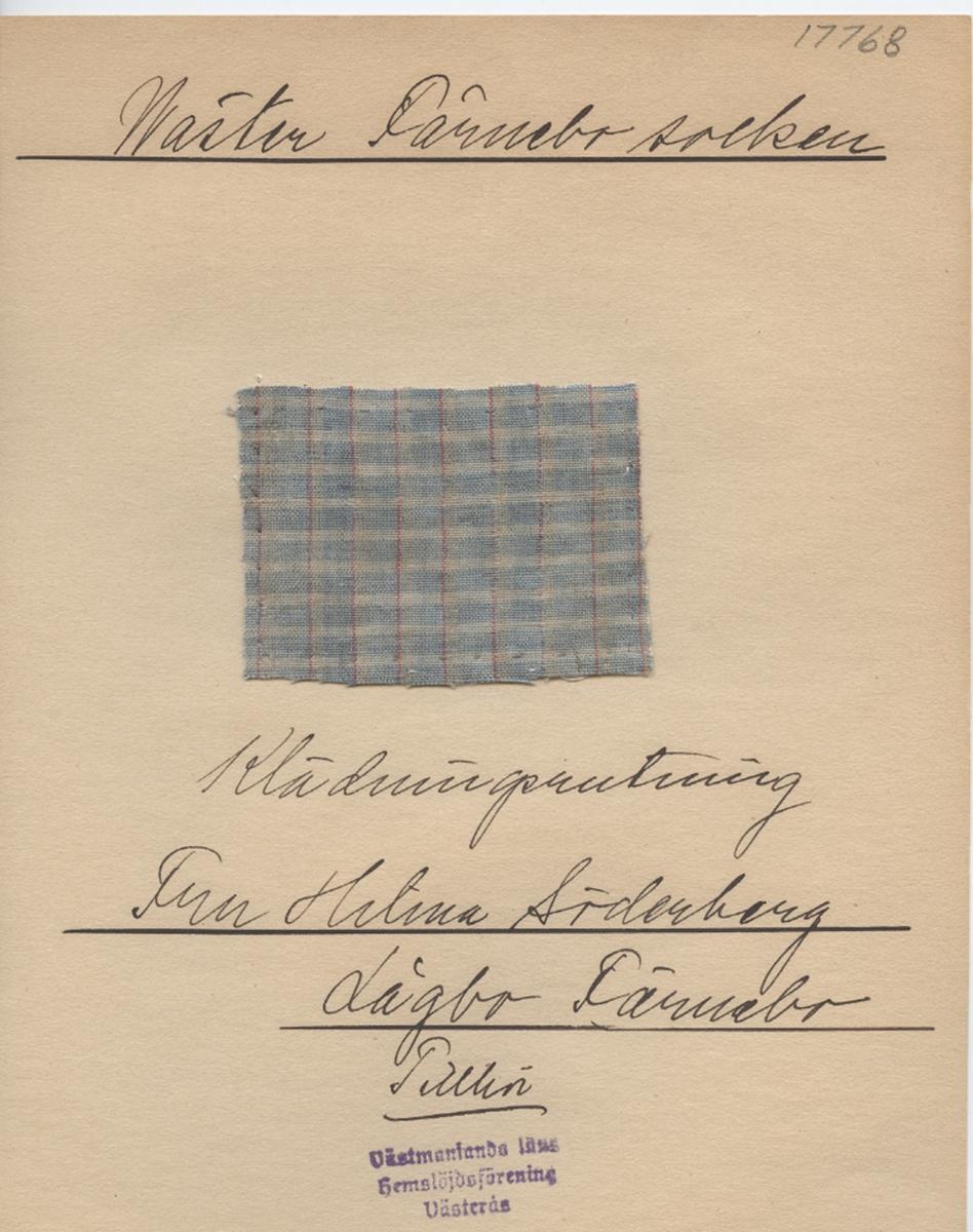 Anmärkningar: Vävnadsprov Olga Anderzons samling. Klänningsrandning, Fru Hilma Söderberg, Lågbo Västerfärnebo. Vävprov av bomull i tuskaft, rutigt. Varpen är randad i blått, vitt och rött. Inslaget är i blått och vitt. L. 600 570 Br. 800 800