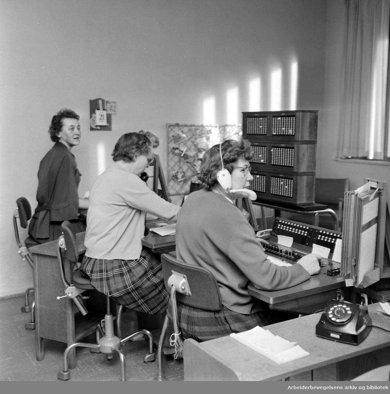 Regjeringsbygget, interiører. Sentralbordet. Januar 1964