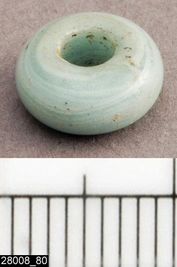 Anmärkningar: Badelunda sn, Tuna undersökt 1952-1953 Pärla, från båtgrav daterad till yngre järnålder, 850 e.Kr. (Vikingatid)  Pärla av glas, från grav 75 (fyndnr 80), 1 st, ringformig, liten vit. Diam ca 8 mm Utställd Forntid 2014  Pärlorna från grav 75 har omregistrerats av Access-projektet 2007 och då registrerats på enskilda poster under sitt ursprungliga (från rapporten) fyndnummer. De små vita, blå, gröna och bruna pärlorna som fanns i grav 75 har suttit i grupper om i allmänhet 2 eller 3 stycken mellan silverhängena.  Litteratur Nylén, E. & Schönbäck, B. 1994. Tuna i Badelunda. Guld kvinnor båtar I. Västerås kulturnämnds skriftserie 27. Västerås. s 44ff. Nylén, E. & Schönbäck, B. 1994. Tuna i Badelunda. Guld kvinnor båtar II. Västerås kulturnämnds skriftserie 30. Västerås. s 112 ff, 150ff, 200.  Fotograferad teckning negnr A-7422