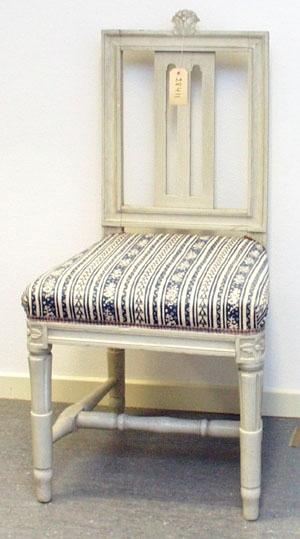 """Anmärkningar: Gustaviansk stol, troligen stockholmsarbete. Gråmålad. Rakt kälat ryggkrön med uppskjutande skulpterad dekor i form av en humlekvist. Ryggståndarna , liksom tvärslå i nedre delen är kälade.  Ryggbricka med genombruten dekor i två skåror. Stoppad sits. Stolssargen på tre sidor kälad. Kraftigt profilerat fotkryss. Rosettanfang på frambenen, som är kannelerade med s.k. strumpa vid fotkrysset. Det bakre stolsbensparet är enbart kannelerat med en skåra på framsida. Frambenens fötter har en ansvällning, där de övergår till i strumpan. På ena bakbenet finns en gammal skada i form av skåror som målats över (gnagarskador?). Hör till samma uppsättning som invnr. 28406-28415.  Under framsargen är """" 436J"""" skrivet med penna. Förstärkt med nya träklossar under sargen. Omtapetserade.  Har använts och används ännu på Sätra brunn."""