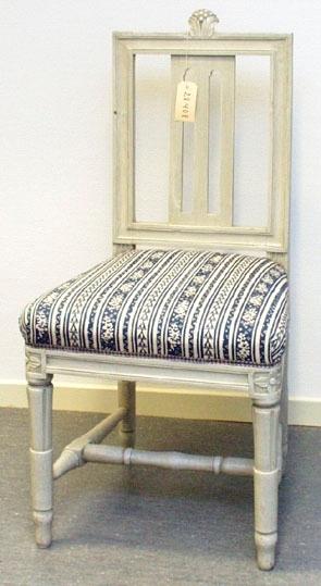 """Anmärkningar: Gustaviansk stol, troligen stockholmsarbete. Gråmålad. Rakt kälat ryggkrön med uppskjutande skulpterad dekor i form av en humlekvist. Ryggståndarna , liksom tvärslå i nedre delen är kälade.  Ryggbricka med genombruten dekor i två skåror. Stoppad sits. Stolssargen på tre sidor kälad. Kraftigt profilerat fotkryss. Rosettanfang på frambenen, som är kannelerade med s.k. strumpa vid fotkrysset. Det bakre stolsbensparet är enbart kannelerat med en skåra på framsida. Frambenens fötter har en ansvällning, där de övergår i strumpan. Hör till samma uppsättning som invnr. 28406-28415.  Under framsargen är """" 436C"""" skrivet med penna. Förstärkt med nya träklossar under sargen. Omtapetserade.  Har använts och används ännu på Sätra brunn."""
