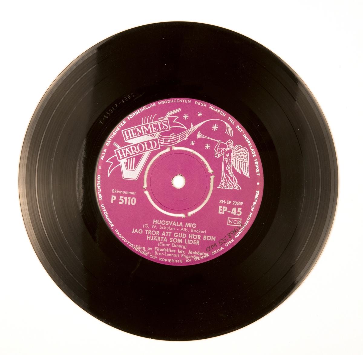 """EP-skiva av svart vinyl med lila pappersetikett med silverfärgad tryckt text, i omslag av blankt papper. Omslaget är tryckt i färgerna rosa, svart och vitt. På framsidan ett svart-vitt fotografi av sångkören med dirigenten framför dem. Baksidan innehåller en förteckning med skivbolagets senaste skivor och tryckt text.  JM 55896:1, EP-siva, Hemmets Härold, P 5110, EP-45:  1. Hugsvala mig (G. W. Schulze - Alb. Becker) 2. Jag tror att Gud hör bön  3. Hjärtat lider (Einar Ekberg) Sång av Filadelfias kör, Jönköping Dir.: Bror-Lennart Engström  1. Ära ske Gud (M.Vulpius) 2. När får jag se dig (Valdemar Söderholm) 3. Evighetsvarelsen (Anders Frostenson - Karl-Erik Svedlund) Sång av Filadelfias kör, Jönköping Dir.: Bror-Lennart Engström  Text runt pappersetiketten: """"Alla rättigheter förbehållas producenten Resp. ägaren till det inspelade verket * Offentligt utförande, radioutsändning och kopiering av denna skiva utan auktorisation förbjudes""""  JM 55896:2, Omslag """"Häroldens Tr., Sthlm 1959"""""""
